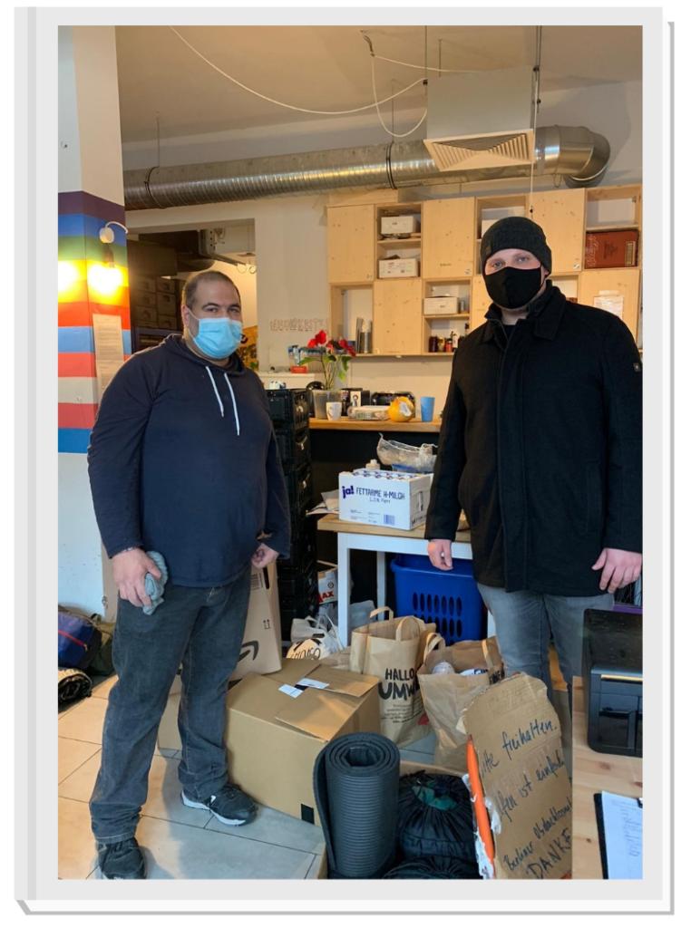 Übergabe der Spenden an einen Vertreter der Berliner Obdachlosenhilfe.